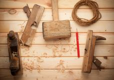 Timmermanshulpmiddelen in de lijst van het pijnboomhout Royalty-vrije Stock Foto