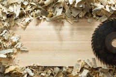 Timmermanshulpmiddelen op houten lijst met de werkplaats hoogste mening van de zaagseltimmerman stock fotografie