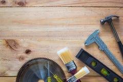 Timmermanshulpmiddelen op houten raad Stock Fotografie