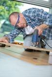 Timmermansknipsel gelamineerde planken voor gelaagd parket die lintzaag met behulp van stock fotografie