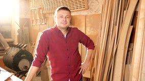Timmermansportret op het zijn werk stock video
