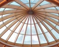 Timmerstrålar av ett tak som bildar en rund takfönster Arkivfoton