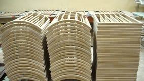 Timmerwerkelement met een textuur voorraad Meubilair productie Het schrijnwerkerijwerk Productie van delen van hout stock footage