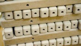 Timmerwerkelement met een textuur voorraad Meubilair productie Het schrijnwerkerijwerk Productie van delen van hout stock videobeelden