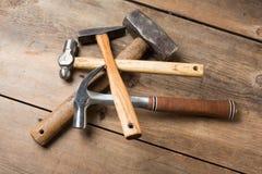 Timmerwerkhulpmiddelen op houten lijst Stock Afbeeldingen