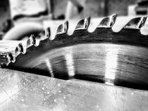 Timmerwerkhulpmiddelen, schijfzaag in horizontale positie klaar om houten profielen te snijden royalty-vrije stock fotografie