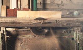 Timmerwerkmachine met een stuk van hout royalty-vrije stock afbeelding