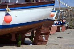 Timones del barco con marea baja Fotos de archivo libres de regalías
