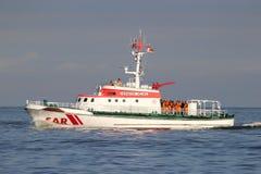 TIMONI di HERMANN dell'incrociatore di DGzRS SAR sul fiume Elba Immagini Stock