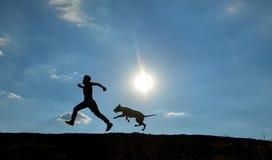 Timore del dogs&man che è sfuggito a dal cane immagine stock