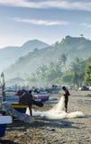 Timorische Fischer auf Dili setzen in Osttimor an der Dämmerung auf den Strand Lizenzfreie Stockfotografie