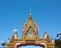 Timpano del cancello del tempiale buddista con l'ornamento a file Fotografie Stock Libere da Diritti
