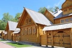 Timrad struktur och port av det gamla ryska huset Arkivfoto
