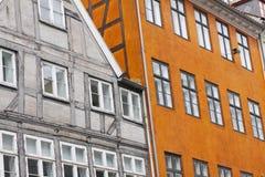 Timrade den historiska klassiska europeiska halvan för den gamla staden byggnadsarkitektur Klassiska yttre fasader för i stadens  Royaltyfria Bilder