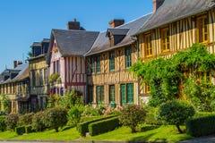 Timrade hus i Normandie Arkivfoton