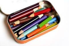 Tin Bin av kulöra blyertspennor Arkivfoton