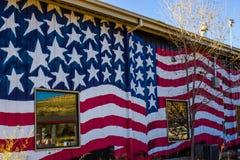 Tin Building With American Flag dal lato fotografia stock