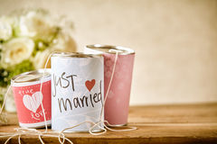 Tin Can Wedding Decorations traditionnel sur le Tableau Images stock
