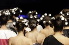 Tin Cans i håret av modeller fotografering för bildbyråer