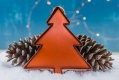 Tin Christmas Tree Ornament con le pigne fotografia stock
