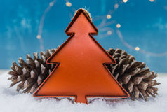 Tin Christmas Tree Ornament mit Kiefern-Kegeln Stockfoto