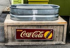 Tin Coca-Cola Cooler d'annata fotografia stock libera da diritti