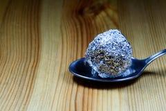 Tin Foil Heroin Lump på silverskeden royaltyfria foton