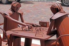 Tin Men Playing Chess sur la rue de ville photographie stock libre de droits