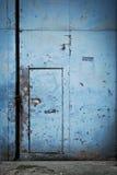 Tin Metal Door azul em uma porta Foto de Stock Royalty Free