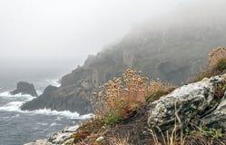 Tin Mines dans le brouillard d'océan Photographie stock