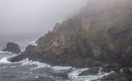 Tin Mines dans le brouillard d'océan Photos stock