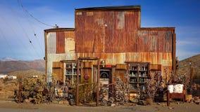Tin Sided Building na cidade fantasma de Randsburg, Califórnia foto de stock