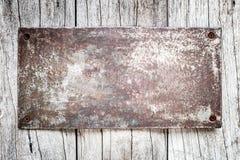 Tin Sign su fondo di legno fotografia stock libera da diritti