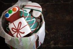 Tin van Kerstmispeperkoek op Donkere Achtergrond Stock Afbeeldingen