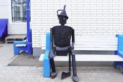 Tin Woodman que senta-se em um banco Imagens de Stock