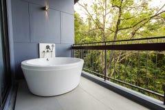 Tina de baño blanca del nuevo estilo hermoso Imágenes de archivo libres de regalías