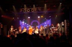 Tina Turner Song cantou pelo grupo na fase Fotos de Stock Royalty Free