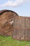 Tina y barril en un prado Foto de archivo