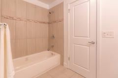 Tina y ducha de baño en cuarto de baño Imagen de archivo libre de regalías