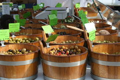 Tinas de madera de las aceitunas, mercado de los granjeros, Francia Foto de archivo libre de regalías