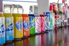 Tinblikken en flessen van zachte en alcoholische dranken die zich op een rij bevinden Royalty-vrije Stock Afbeeldingen