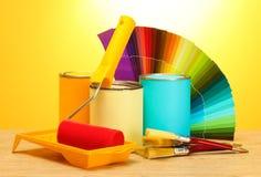 Tincans med målarfärg, rolle Royaltyfri Foto