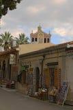 TINDARY,西西里岛,意大利- 2017年1月02日:游人能买各种各样的纪念品的小商店 在背景中圣所  免版税库存照片