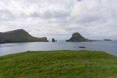 Tindholmur sikt från Bour i den Vagar ön på Faroen Islads royaltyfri bild