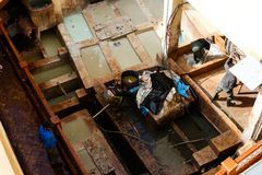 Tinga i bacini idrici in conceria in Fes, Marocco, in cui il cuoio marocchino di fama mondiale è fatto fotografie stock libere da diritti