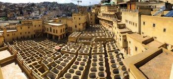 Tinga i bacini idrici in conceria in Fes, Marocco, in cui il cuoio marocchino di fama mondiale è fatto immagine stock libera da diritti