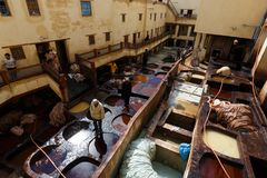 Tinga i bacini idrici in conceria in Fes, Marocco, in cui il cuoio marocchino di fama mondiale è fatto fotografia stock