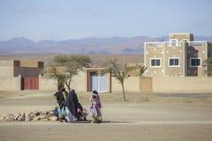 Tinghir Maroko, Luty, - 27, 2016: Kobiety siedzi outside dom Obraz Stock