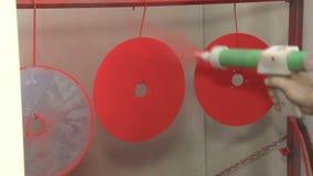 tingidura industrial com arma da coloração vídeos de arquivo