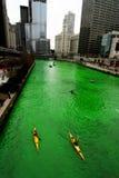 Tingindo o rio de Chicago no dia do St. Patrick Fotos de Stock Royalty Free